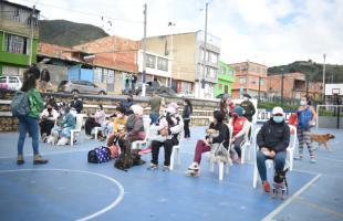 La UAESP y el Instituto de Protección y Bienestar Animal de Bogotá realizaron una jornada de atención veterinaria en Mochuelo Bajo, en la que hubo vacunación antirrábica, valoración médica veterinaria e implantación de microchip de identificación. Ochenta